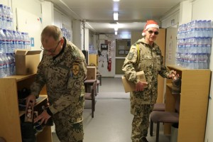 Militärpfarrer und Spieß verstecken die Nikoläuse. Foto: Bundeswehr.