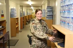 Stabsunteroffizier M. freut sich über ihren Nikolaus. Foto: Bundeswehr.