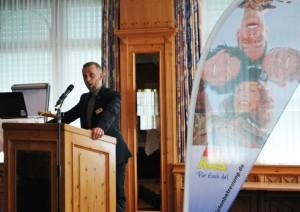 KAS-Geschäftsführer Daniel Bock bei seinem Grußwort. Foto: KAS.